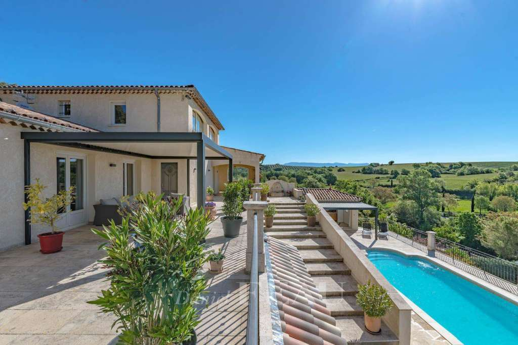 Valensole – A spacious recent property