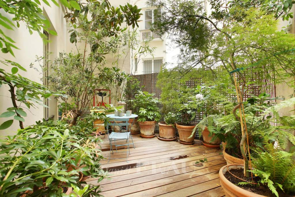 Paris 9th District – A furnished 5-room apartment with a terrace
