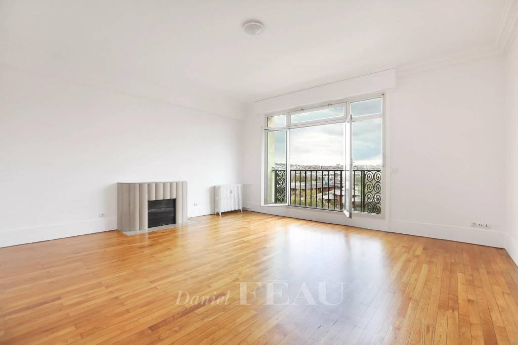 Neuilly-sur-Seine - A bright over 100 sqm 3-bed apartment.