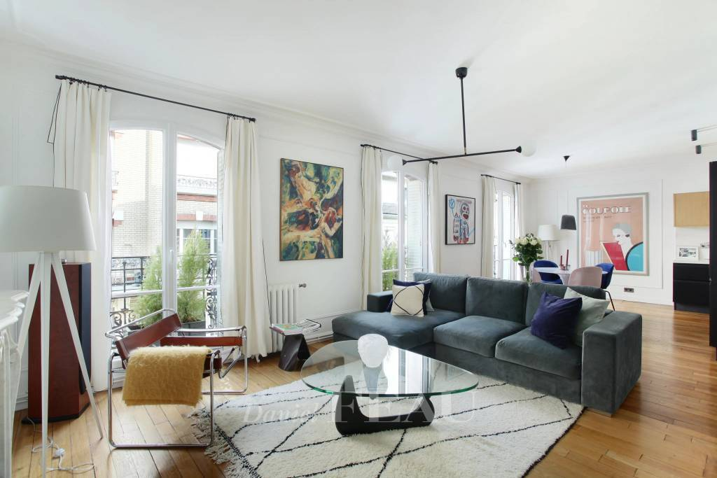Paris 15th District – An ideal pied a terre with balconies