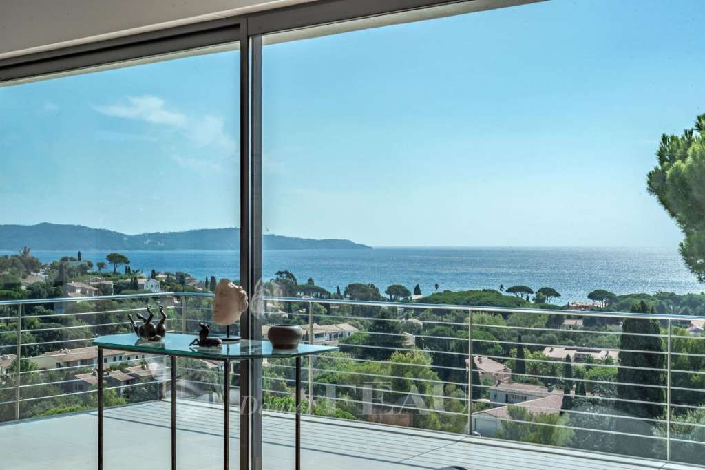 Cavalaire – A superb contemporary property enjoying a sea view
