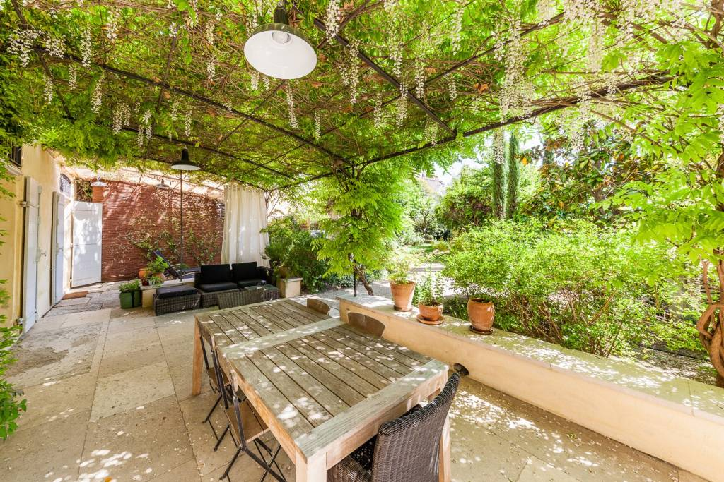 Aix en Provence - An apartment with a garden in a Hotel Particulier.
