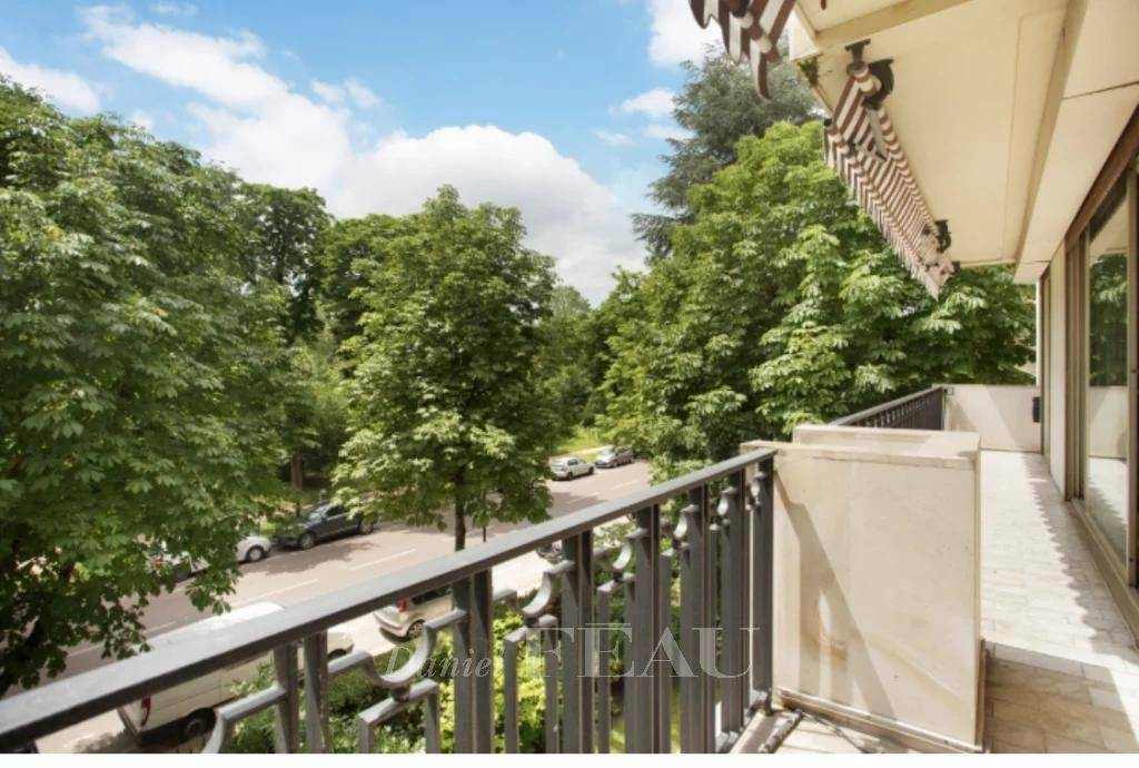 Neuilly-sur-Seine  -  An ideal pied a terre with a balcony