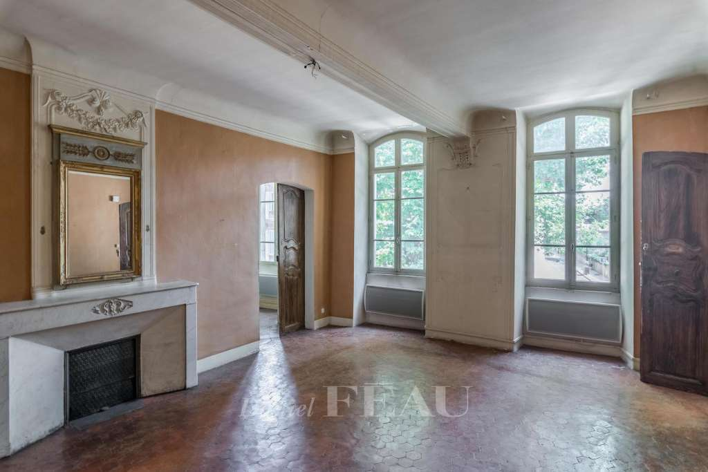 Pays Salonais area – An elegant bourgeois property