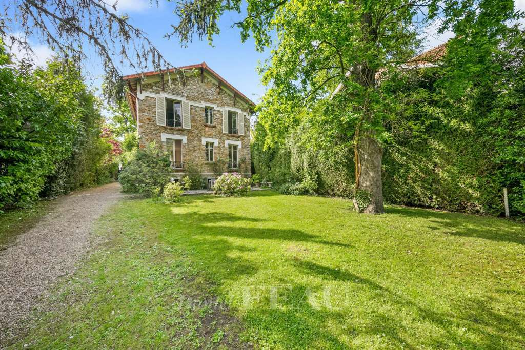 Vaucresson – A millstone-built property with a garden