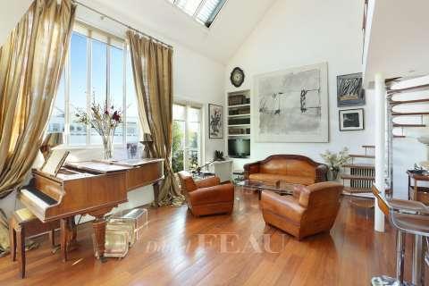 Salon Parquet Hauteur sous plafond Fenêtre de toit Cheminée
