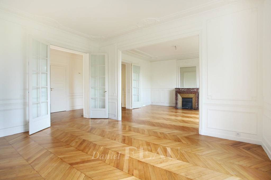 Paris 7th District – A beautiful 3-bed apartment with a balcony