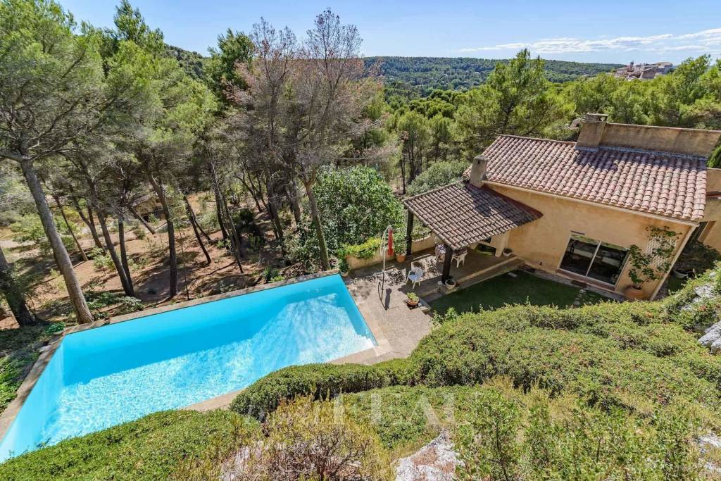 Aix en Provence – An architect-designed property in a beautiful setting