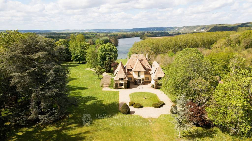 1 hour from Paris. A superb 1930's villa in 3 hectares of leafy enclosed grounds. Commanding a stunning view of the Seine