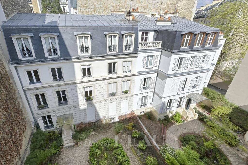 PARIS 7th District - a 3-bed-duplex with a terrace