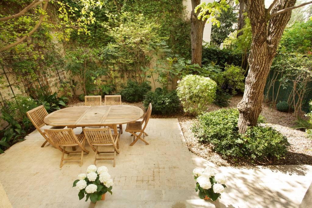 Paris 16th District – A superb private mansion with a garden
