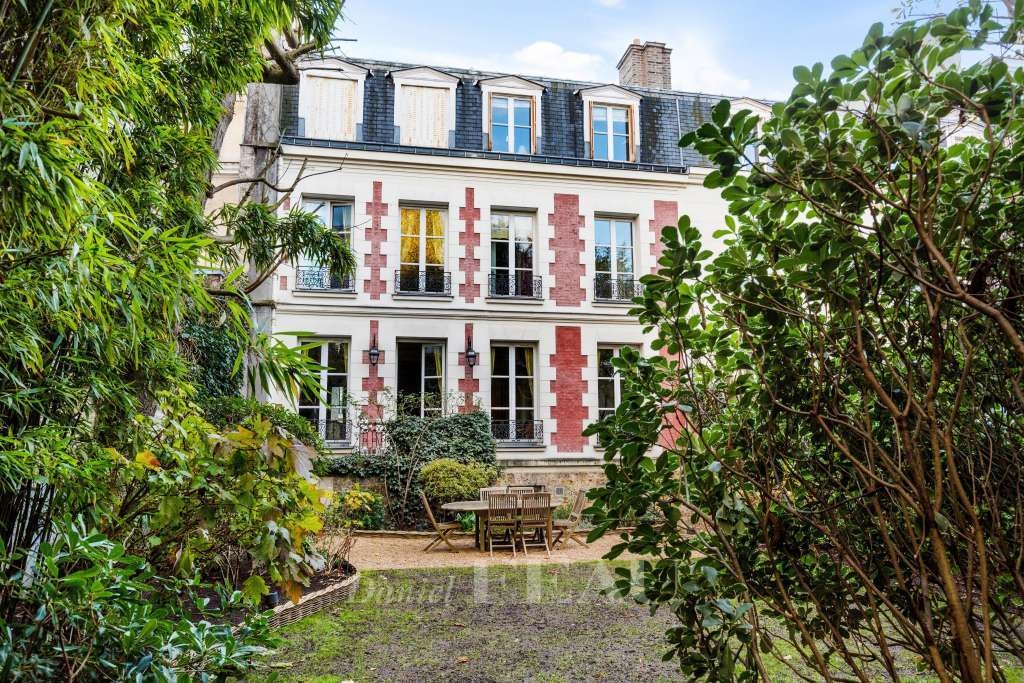 Neuilly-sur-Seine - An exceptional period property with a garden