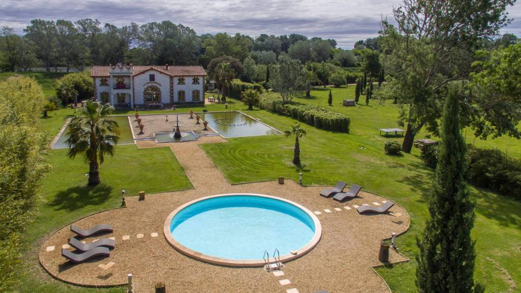Camargue. An entirely renovated property. Rare.
