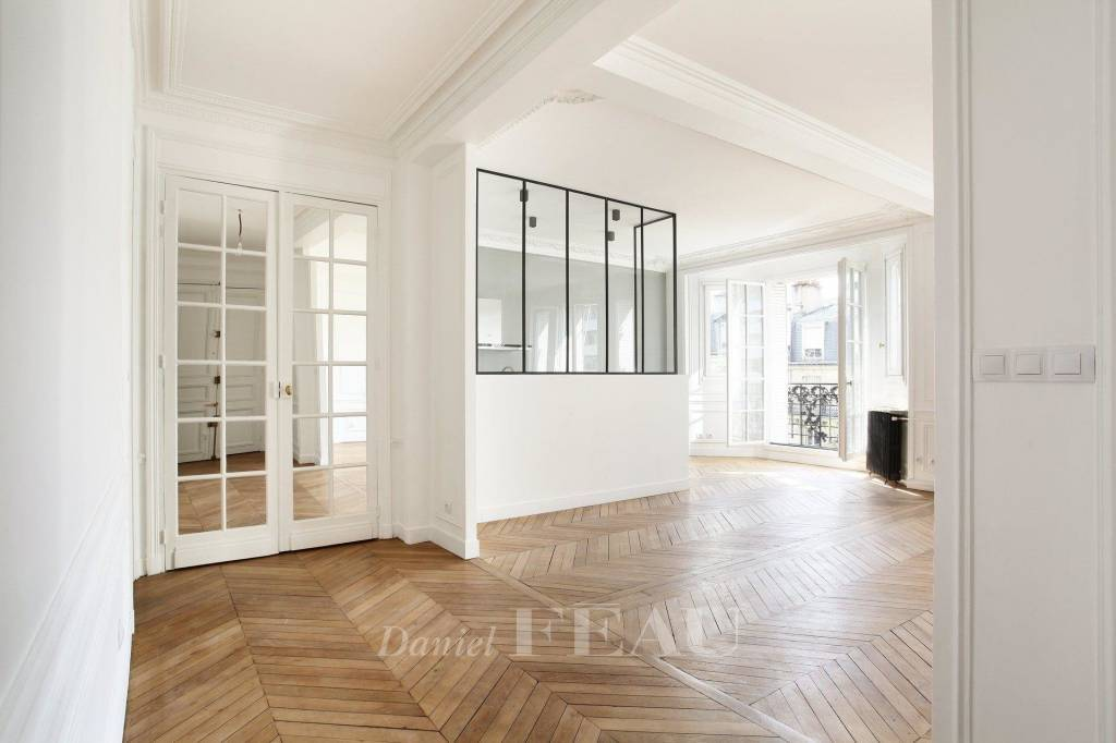 Paris 7th District – A renovated 3-bed floor through apartment