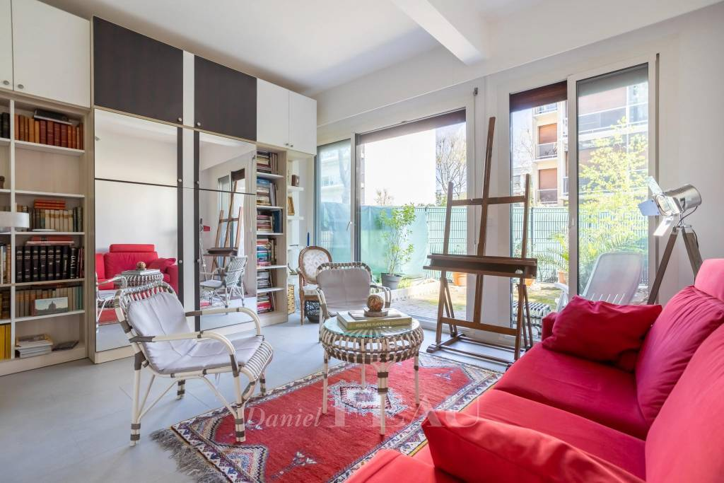 Neuilly-sur-Seine  -  A renovated pied a terre with a terrace