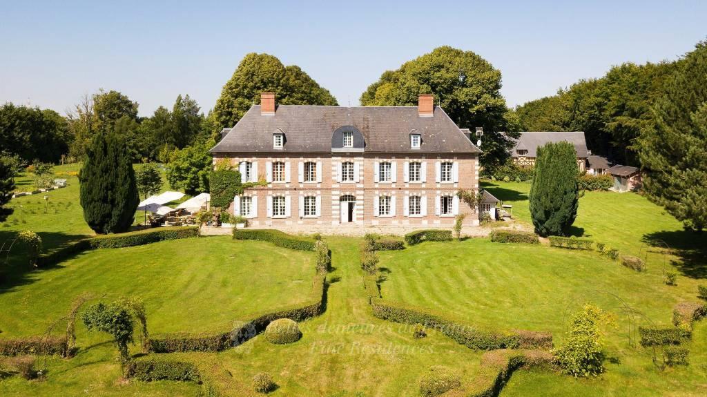 Elégant manoir de style Louis XIII, maison d'hôtes, piscine et pool-house, l'ensemble au coeur d'un parc arboré de 2,8 hectares