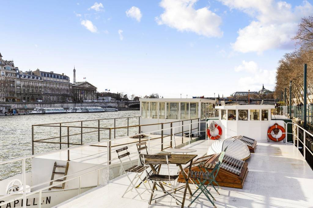 Paris 8th District – A remarkable houseboat in a prime location