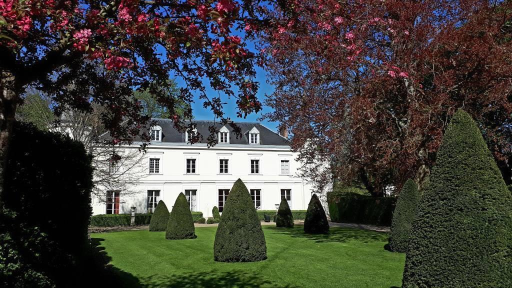 Fontainebleau - Élégant manoir du XVIIIe inscrit MH - Dépendances aménagées et piscine - L'ensemble sur un parc clos de 5700 m²