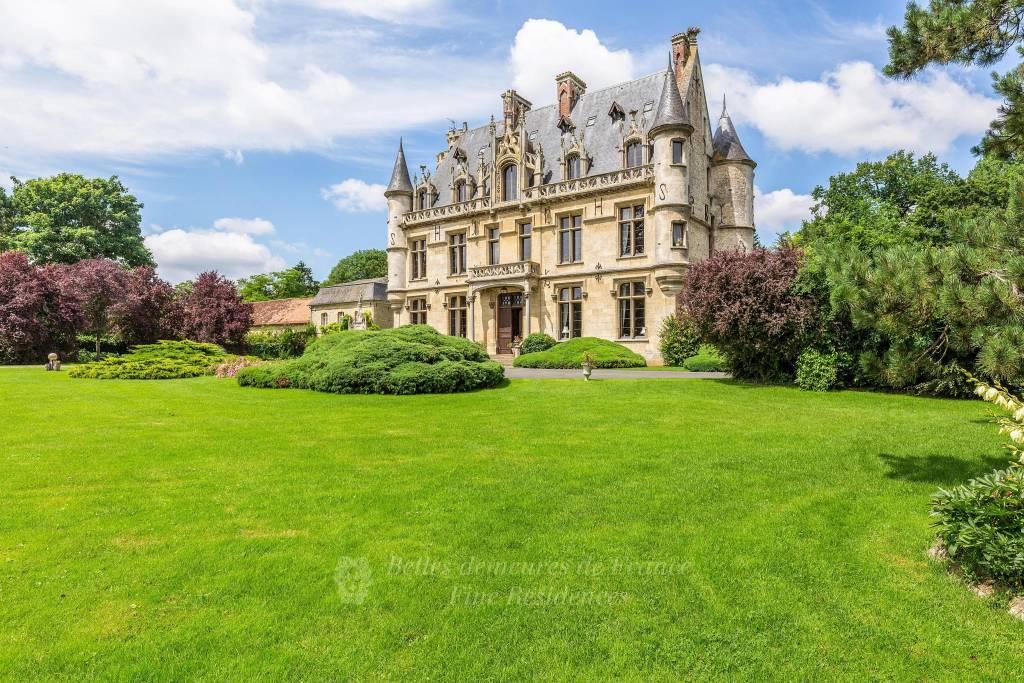 Gisors - Remarquable château néo-gothique édifié au XIXème ,           dépendances, piscine, tennis, parc arboré, l'ensemble sur 27 hectares