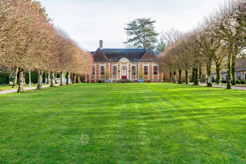 An elegant Louis XIII-style hunting lodge dating from 1660. Set in 1.8 hectares of walled grounds with landscaped gardens and annexes. In perfect condition