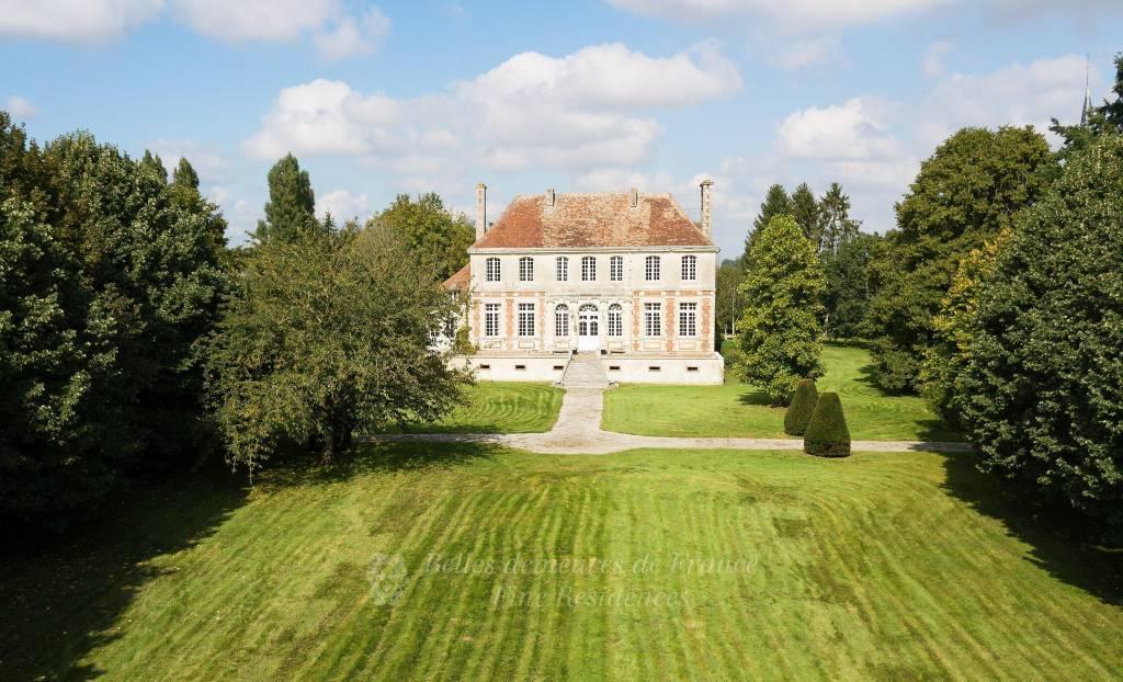 Elégant manoir Normand Louis XIII en bon état,  dépendances, piscine et pool house, parc arboré clos d'un hectare