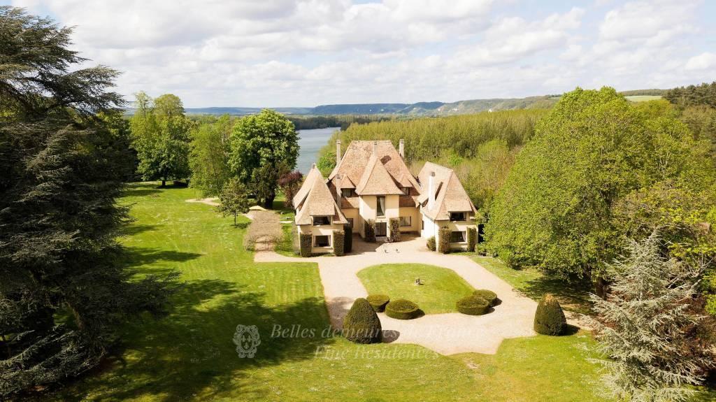 Superbe Villa année 30 au cœur d'un élégant parc arboré clos de 3 ha, vue époustouflante sur les boucles de la Seine, à 1 h de Paris