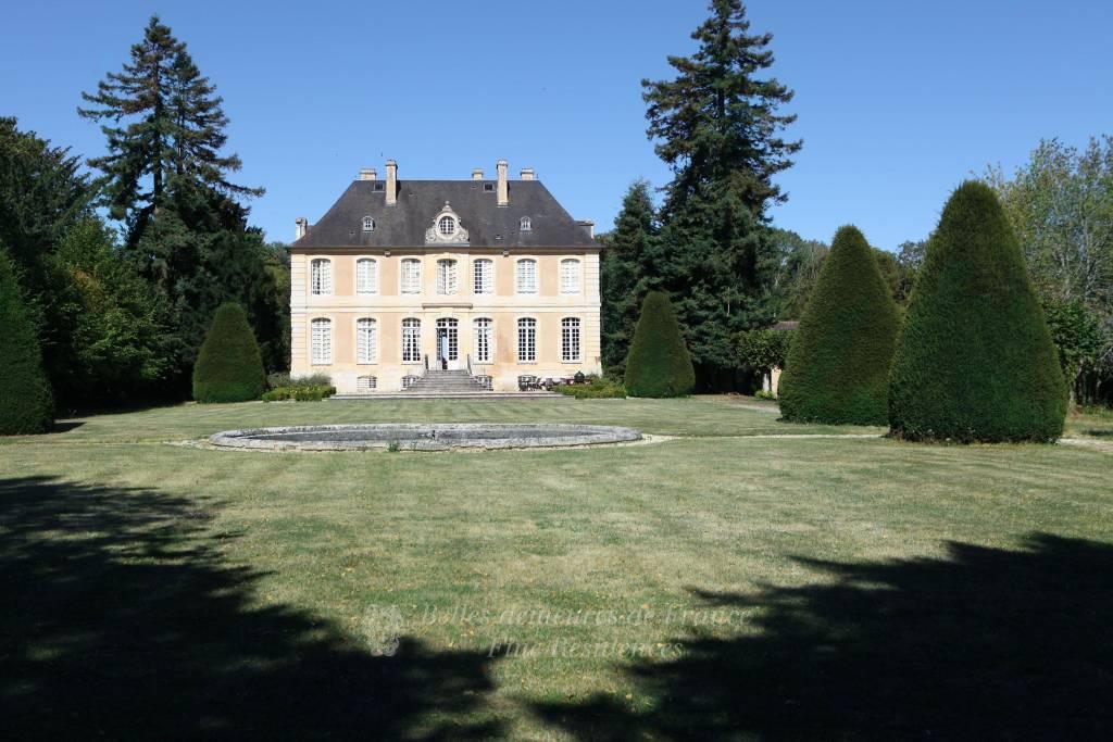Élégant manoir du XVIIIe classé MH - Vastes dépendances - Jardins clos de murs - Sur 8 hectares