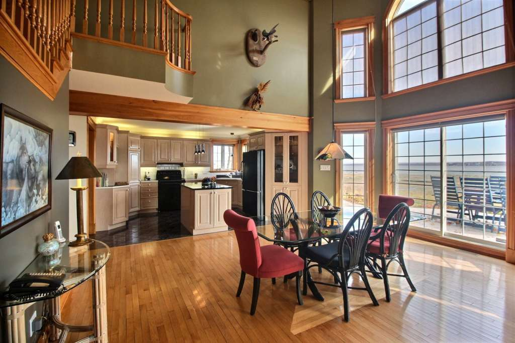 Dining room Natural light Kitchen island Wooden floor
