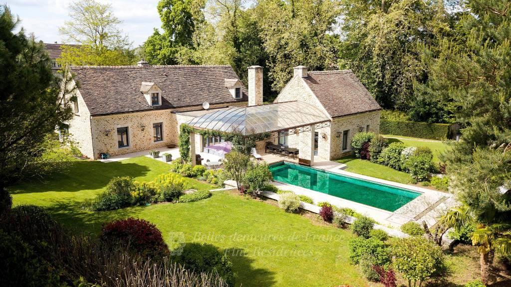 Barbizon, confortable demeure de caractère avec piscine,                        au cœur d'un écrin de verdure, l'ensemble parfaitement entretenu