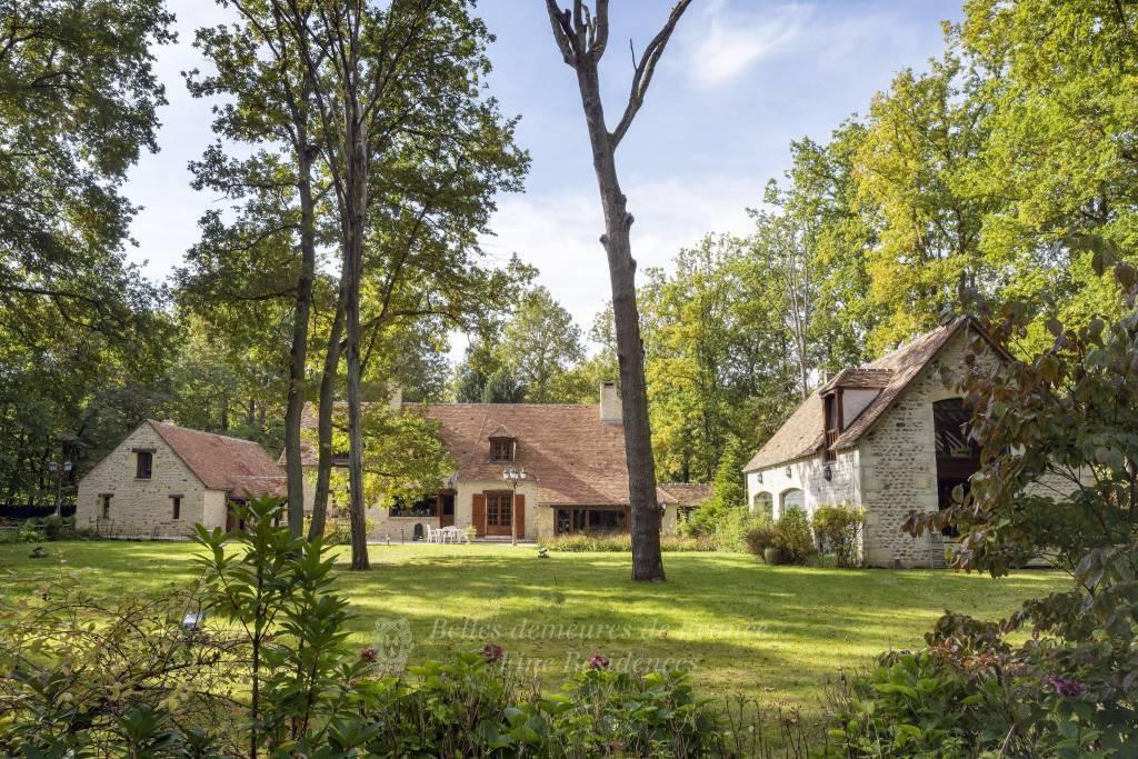 A proximité de Milly la Forêt, élégante demeure de caractère et ses annexes, l'ensemble en parfait état