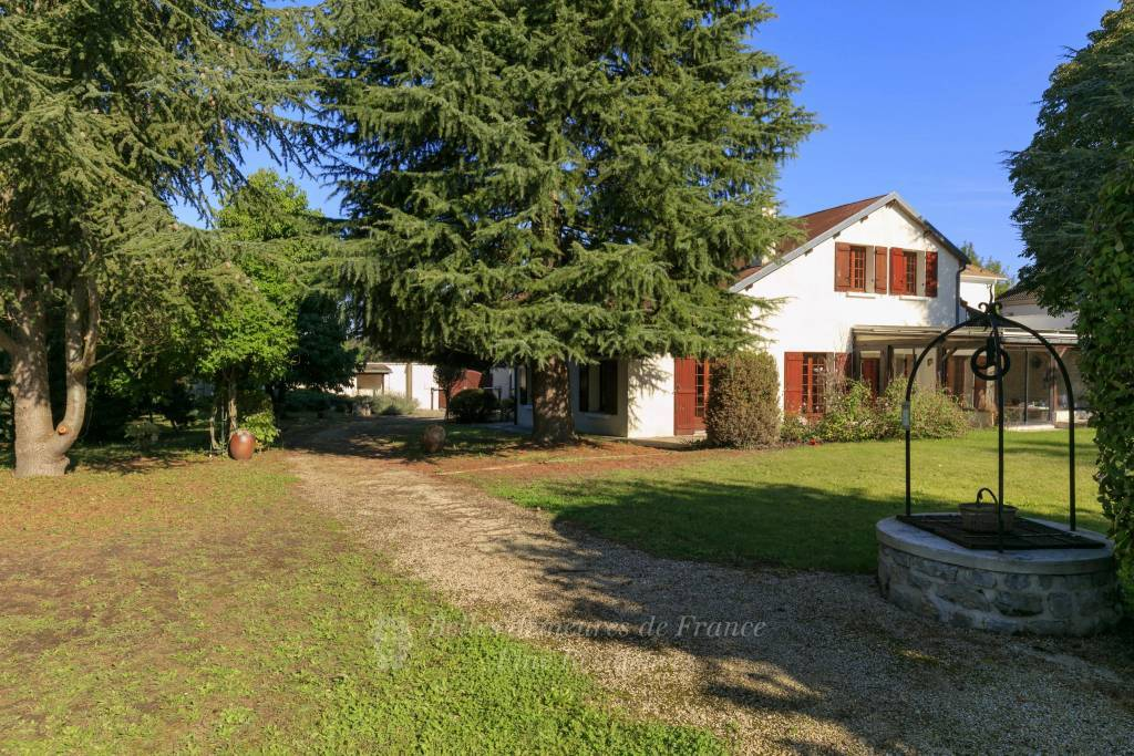 Saint-Nom-la-Bretèche  -  A period property with a garden
