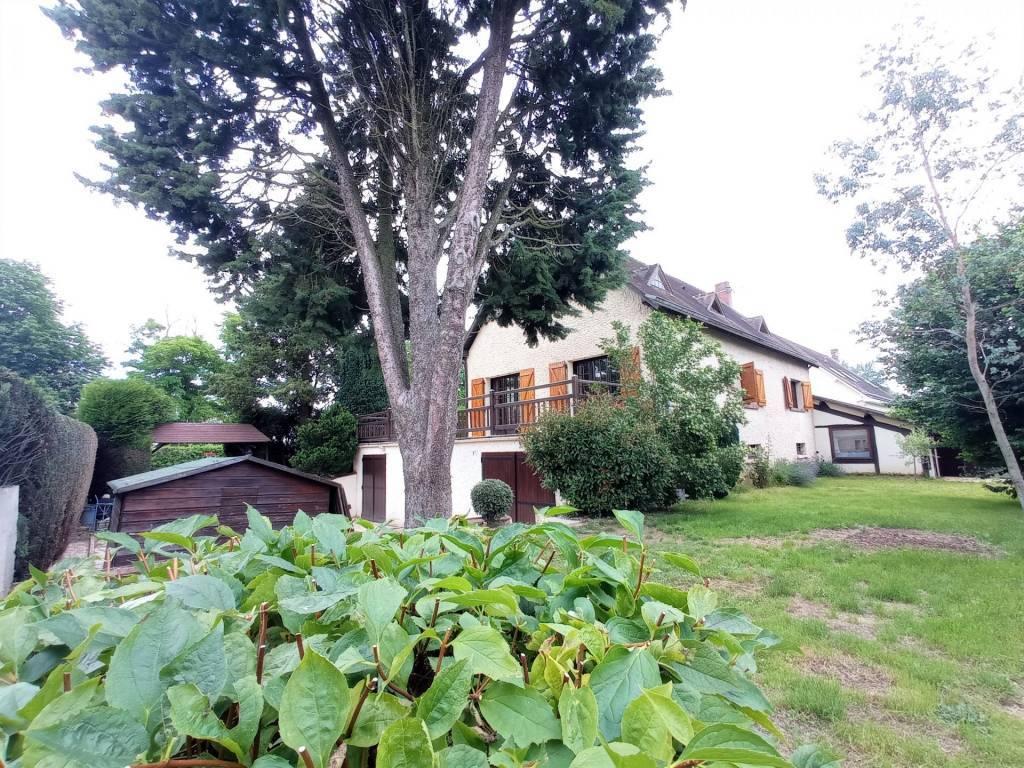 BIEN RARE SUR CE SECTEUR! Grande maison familiale avec sous-sol, garage et vue dégagée.