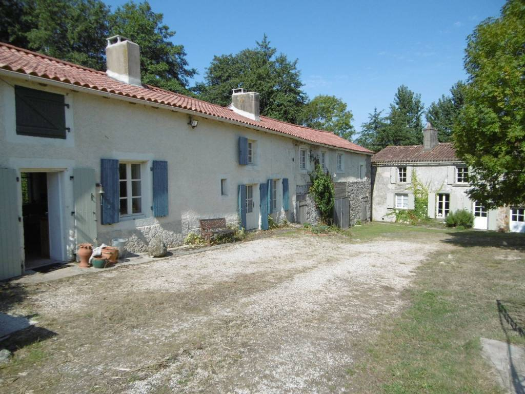 Super character property with 2 gîtes