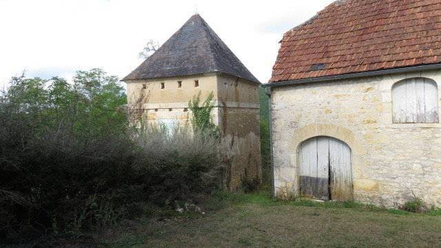 Old stone farm for restoration near Salignac-Eyvigues