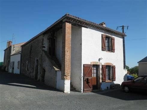 Ancienne maison dans joli village