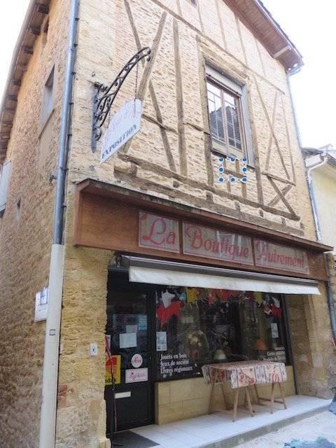Un immeuble au centre ville, 2 boutiques, 2 appartements, terrasse, jardin, Périgord Noir