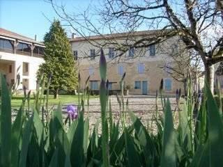 Superbe emplacement pour cet hôtel au bord de la Dordogne ...