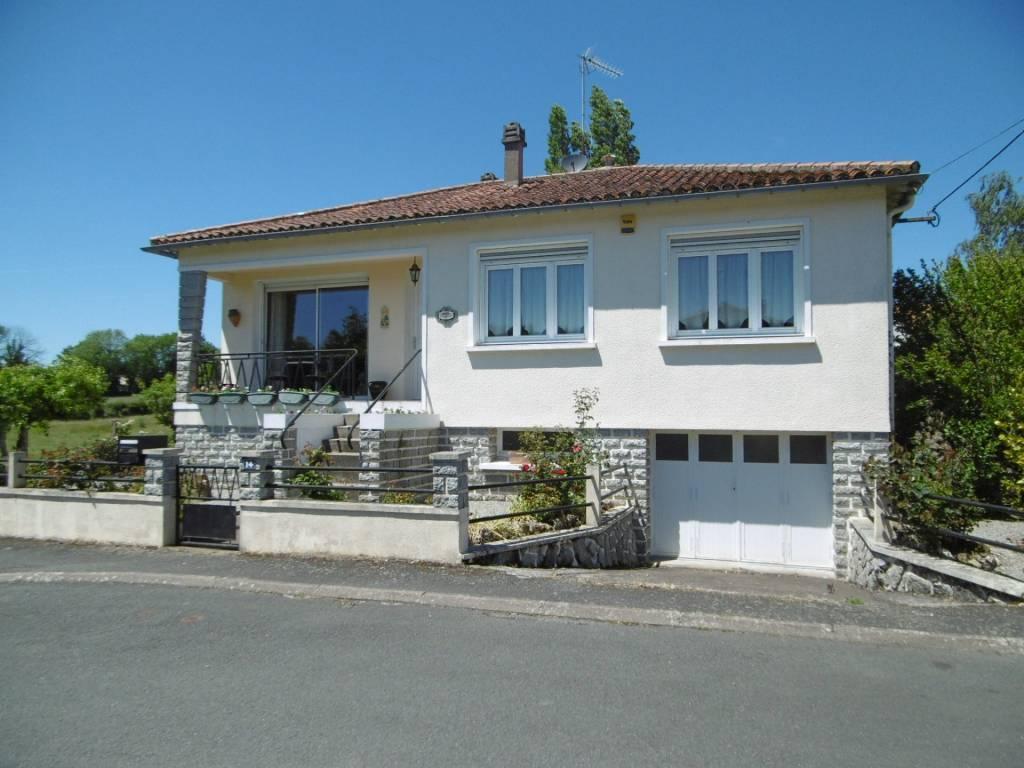 Maison avec piscine, en bordure de village