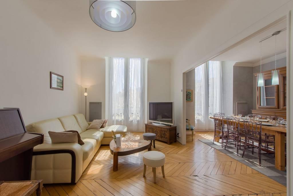 Centre Menton, dans ancien Palace, magnifique appartement rénové de 4 pièces.
