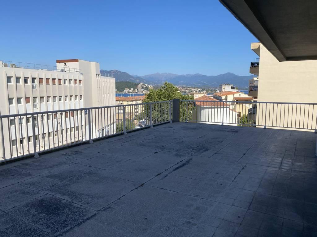 T4 de 104 m2 Centre ville avec 95,50 m2 de Terrasse, vue mer