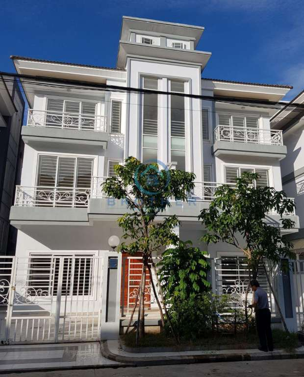 2 Twin House for Sale in New World Near Aeon 2