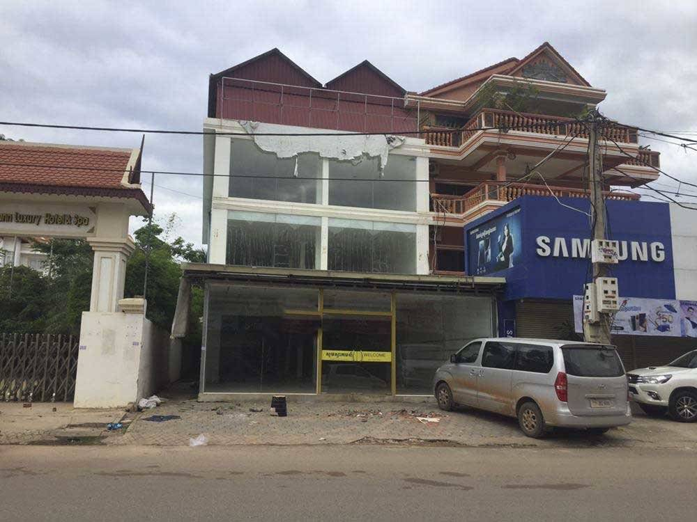Commercial building on front main and road for rent