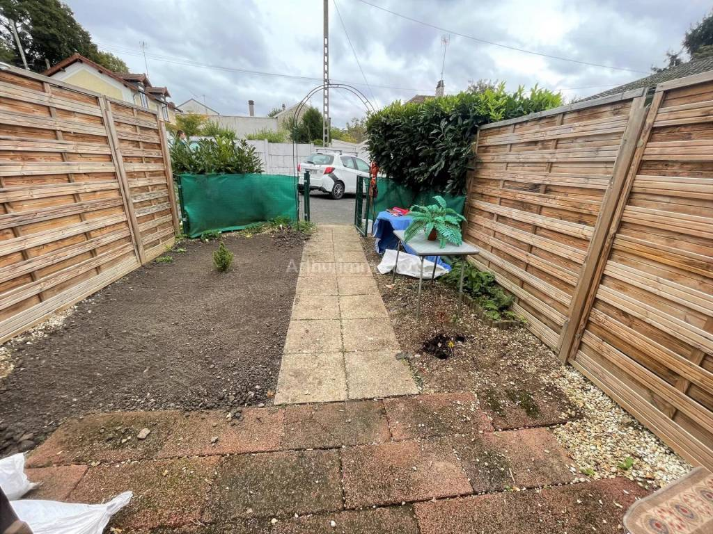 Studio avec petit jardin privatif clos et parking.