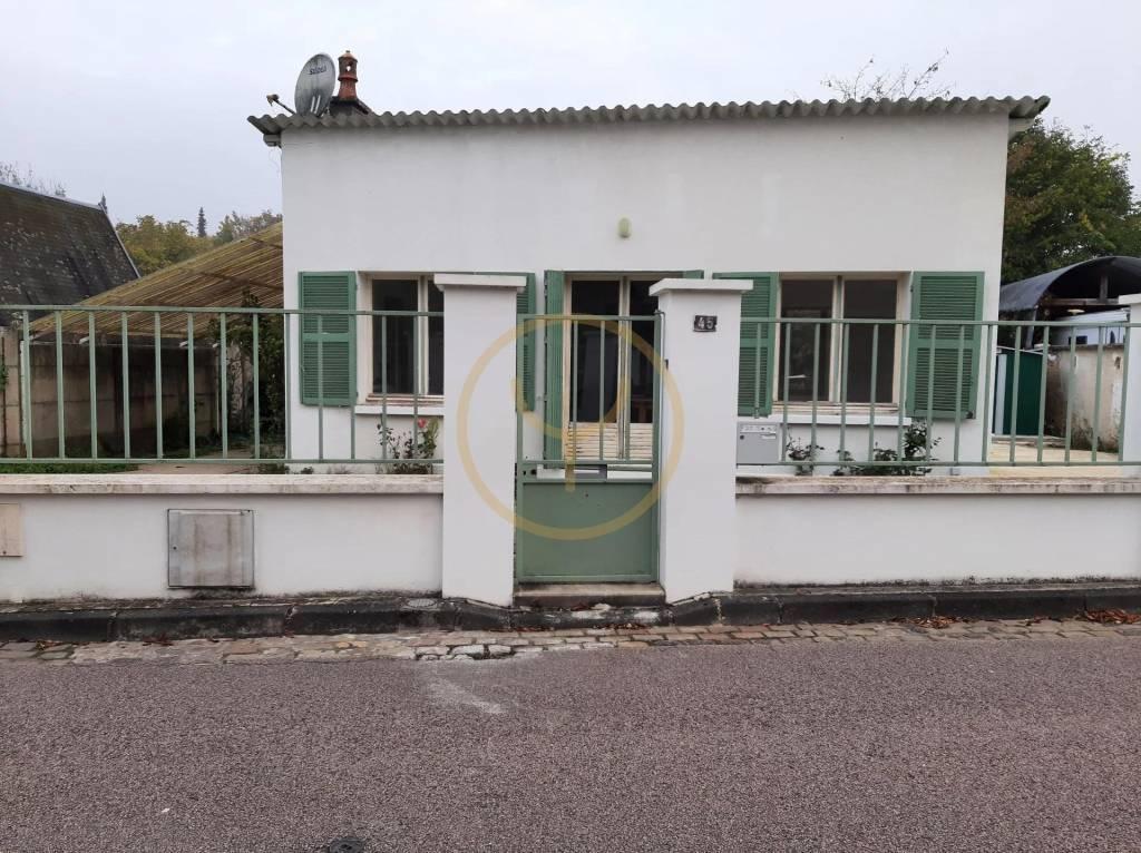 petite maison de village.