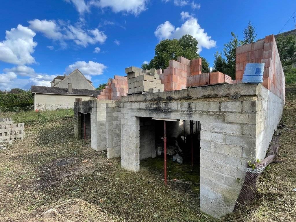Projet de construction avec permis accordé et purgé. Terrain 302m² avec fondations achevées