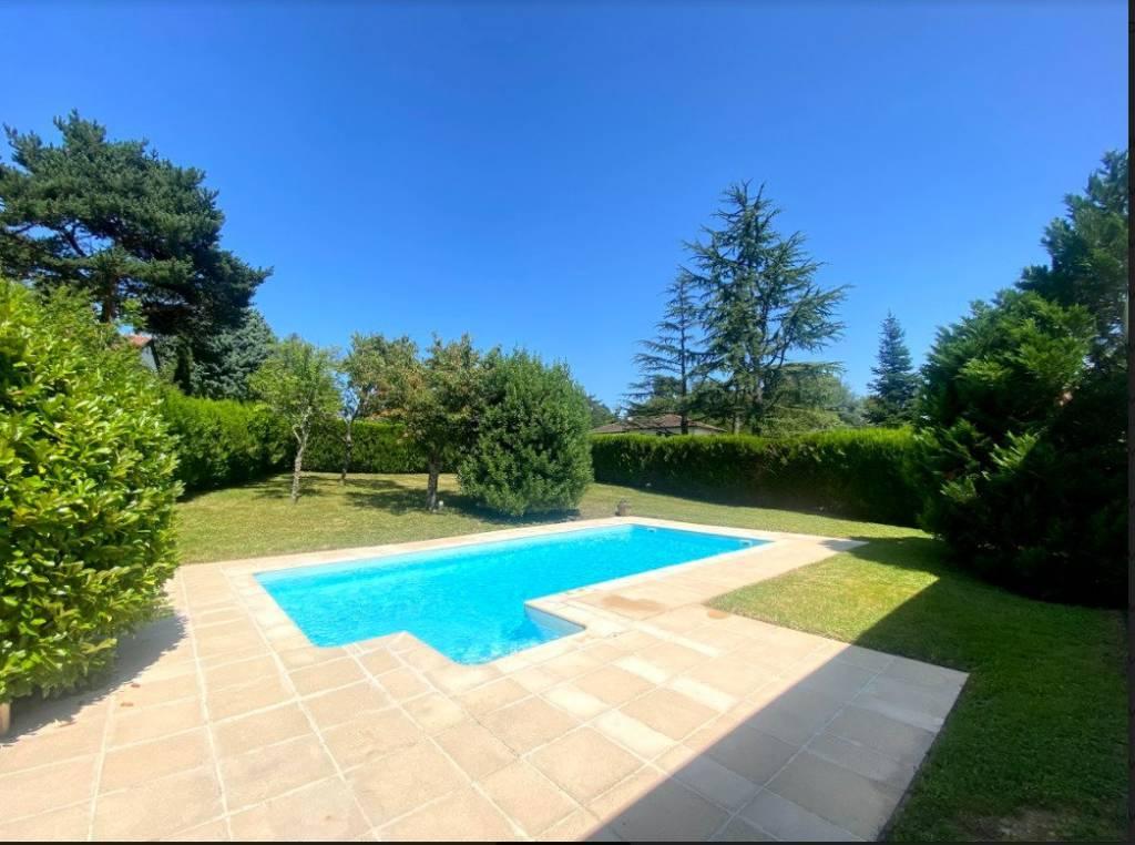 Maison au calme à Charbonnières-les-Bains, village prisé dans l'ouest lyonnais. A 8 km de Lyon.