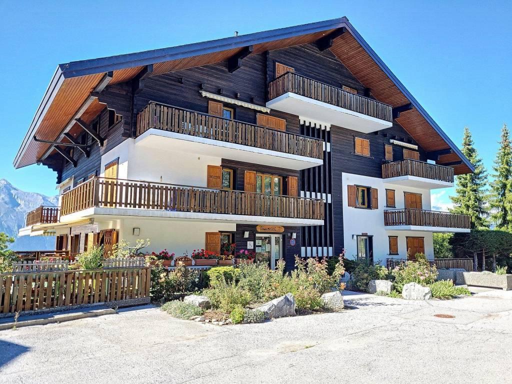 Appartement 6 pièces avec 2 balcons et vue panoramique sur les montagnes.