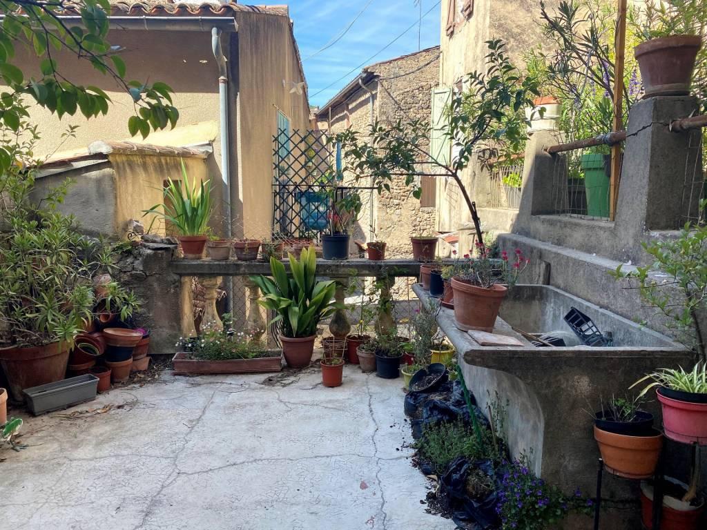 A saisir ! Grande maison à rénover avec garages et terrasse au coeur de Cotignac !