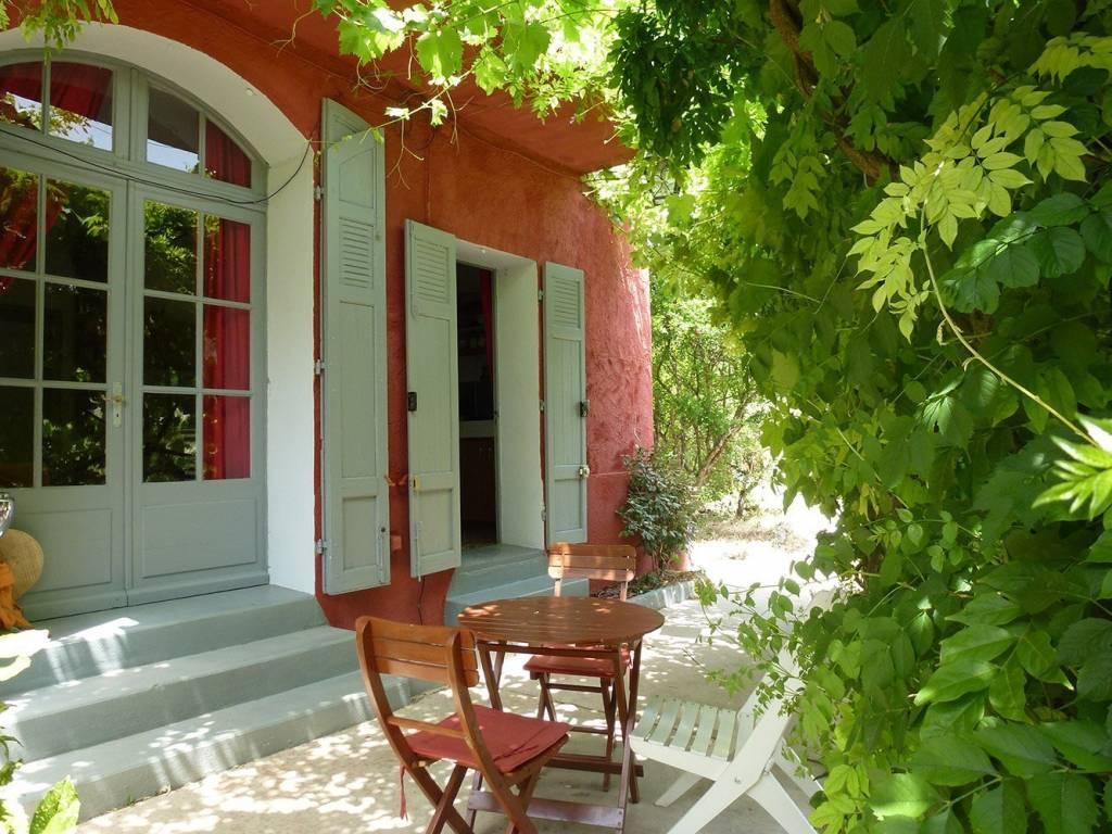 Idéal pour amoureux de jardin luxuriant, au coeur du village !