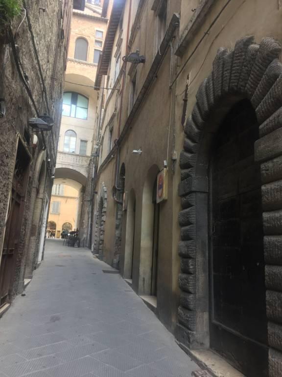 Centro storico, via Dei Priori, appartamento di ampia metratura in palazzo di prestigio.